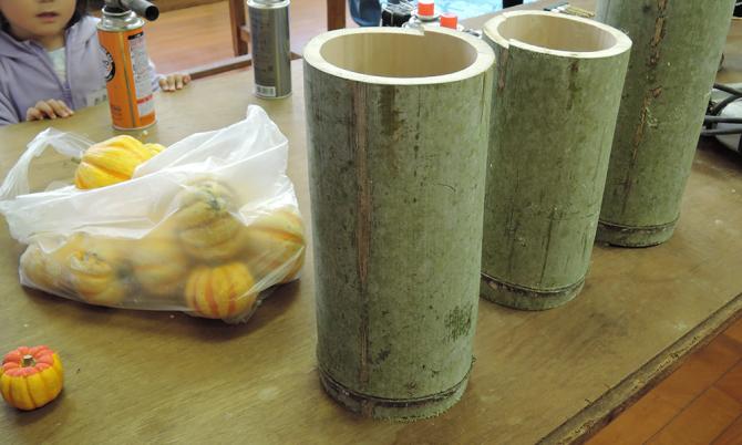 この竹に穴を開けたりして竹灯篭を作ります