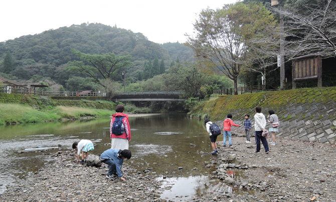 大川原峡で石切り遊び