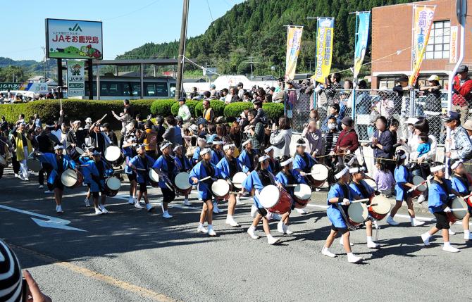 子どもたちの太鼓隊や大隅弥五郎太鼓