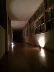 深夜の学校の廊下って怖いね