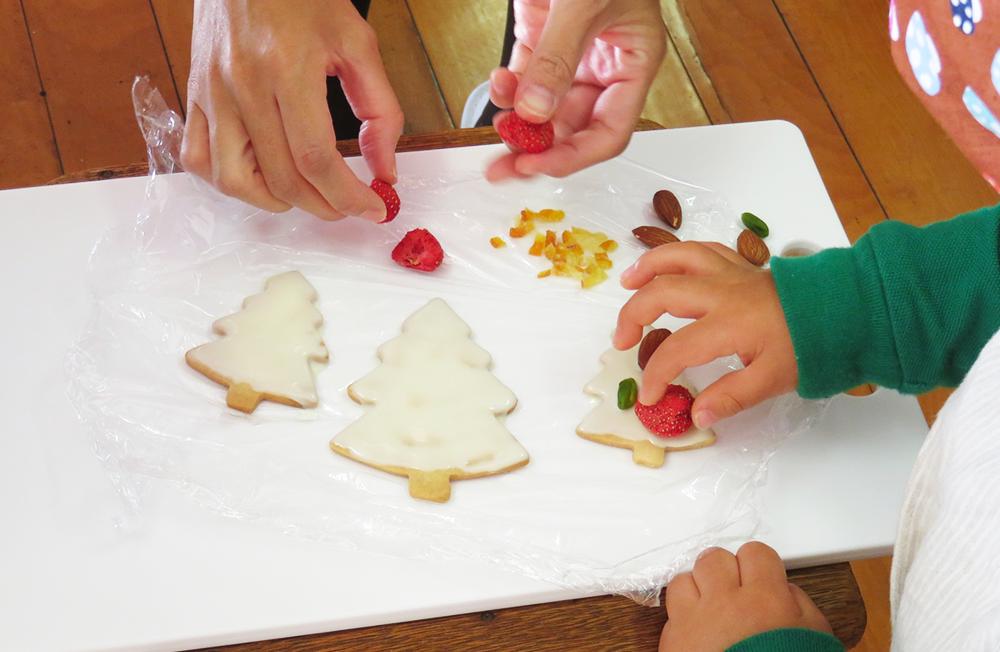 ナッツやドライフルーツでクッキーを飾り付け