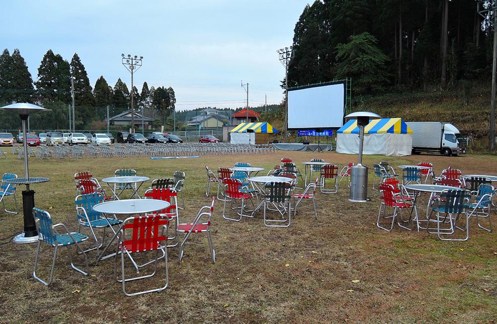 野外スクリーンの前には300名の席をご用意