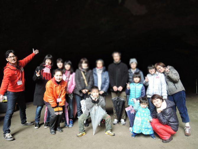 溝ノ口洞穴で集合写真