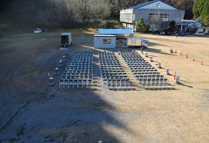 広い校庭にたくさんの椅子が