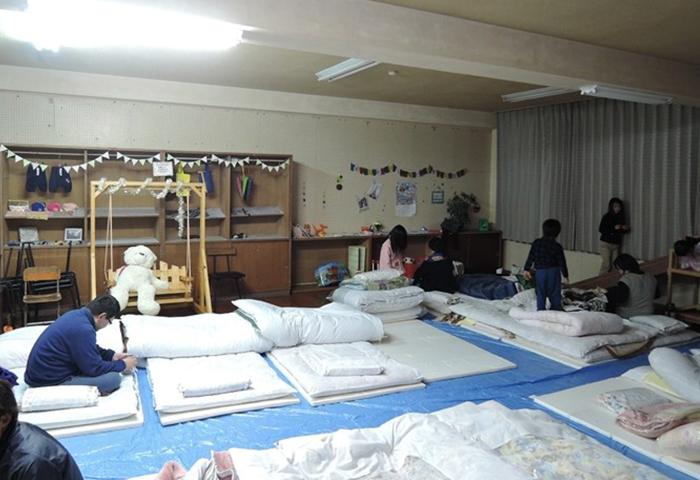 キッズルームに12組の布団が並びました。