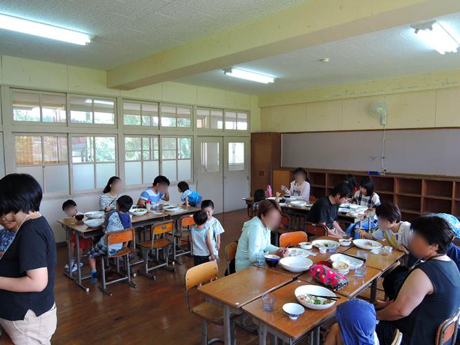 教室で朝食